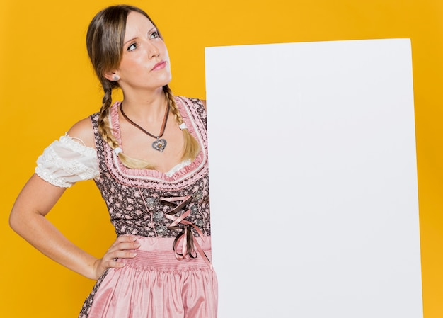 Schönes bayerisches mädchen im festivalkleid