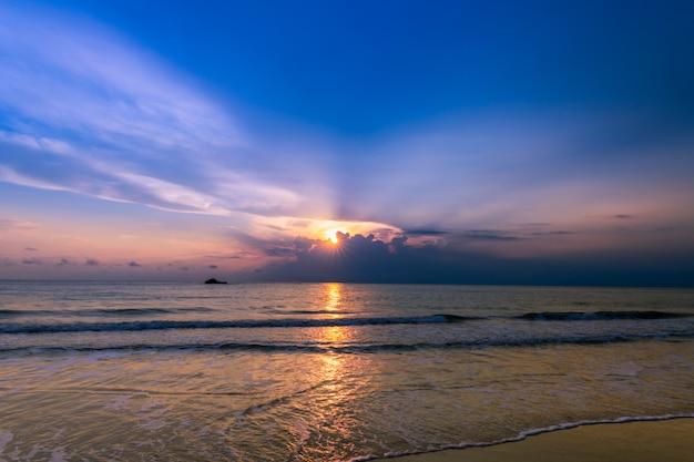 Schönes bewölktes auf sonnenaufgang am khanom strand