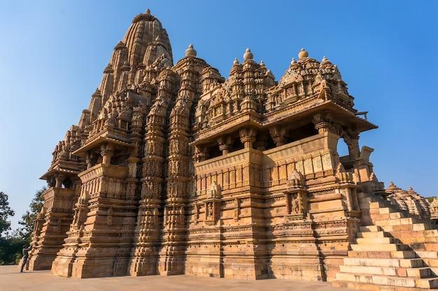 Schönes bild des tempels kandariya mahadeva, khajuraho, madhyapradesh, indien mit blauem himmel im hintergrund, weltberühmte alte tempel in indien, unesco-welterbestätte