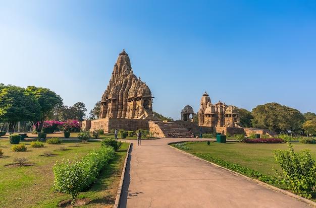 Schönes bild des tempels kandariya mahadeva, khajuraho, madhyapradesh, indien mit wolken des blauen himmels im hintergrund, weltweit berühmte alte tempel in indien, unesco-welterbestätte