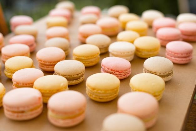 Schönes bild von einigen leckeren macarons auf einem tablett angeordnet