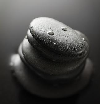 Schönes bild von spa hot stones, blick von oben. dunkler hintergrund oben. spa-konzept.
