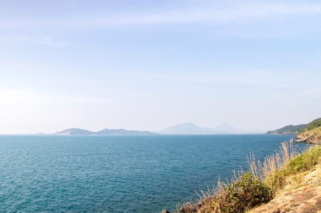 Schönes blaues meer und klippen mit berg in thailand