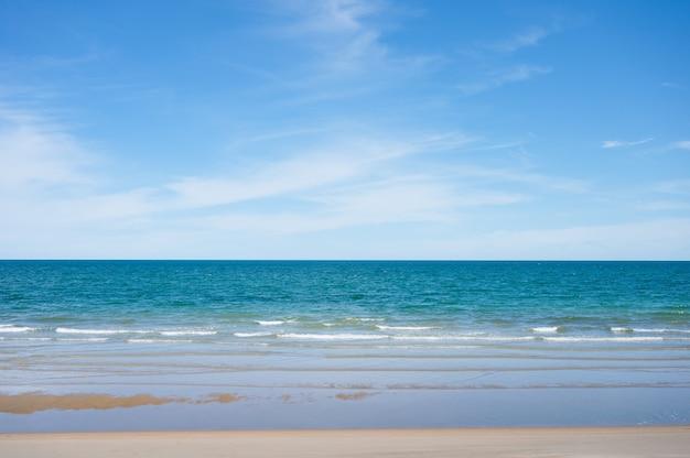 Schönes blaues tropisches meer am strand und am hellen himmel im sonnigen tag