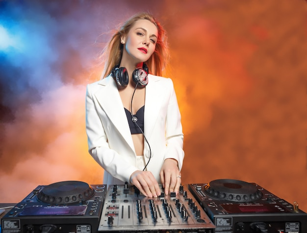 Schönes blondes dj-mädchen auf decks - die party,