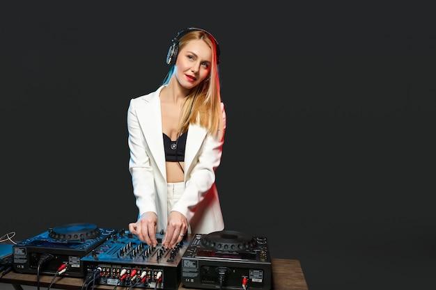 Schönes blondes dj-mädchen auf decks