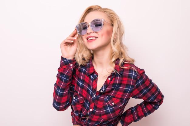Schönes blondes mädchen im roten t-shirt mit professioneller maniküre