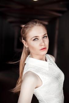 Schönes blondes mädchen in einem fußgängertunnel. brütendes und mysteriöses frauenbild