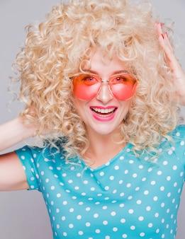 Schönes blondes mädchen mit einem lockigen haar