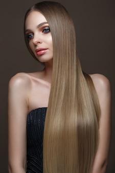 Schönes blondes mädchen mit einem tadellos glatten haar, klassisches make-up. beauty gesicht