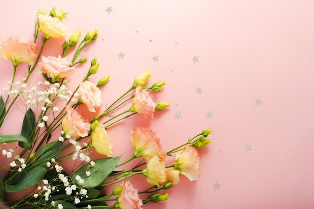 Schönes blumengesteck. blüte rosa eustoma lisianthus bouquet. blumenlieferung konzept. 8. märz, geburtstagskartenvorlage. tiefenschärfe. dekorationselement.