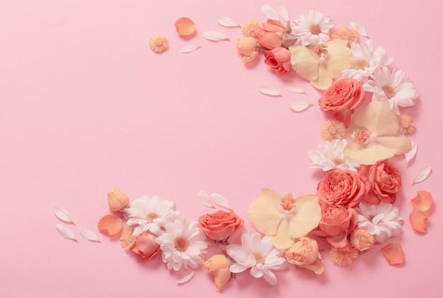 Schönes blumenmuster auf rosa papierhintergrund