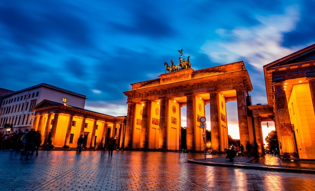 Schönes brandenburger tor in berlin am abend deutschland