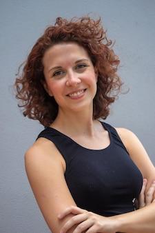 Schönes brasilianisches rothaariges modell, das für die kamera lächelt und aufwirft.