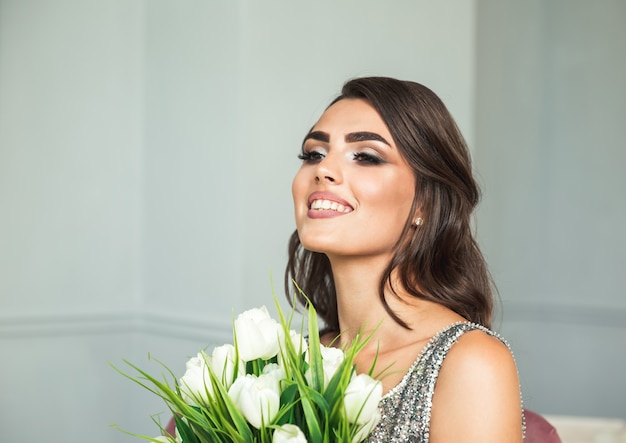 Schönes brautmädchen. glamour model girl mit blumen.
