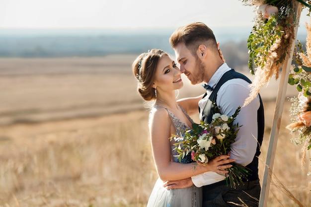 Schönes brautpaar frisch verheiratet im sommer im freien