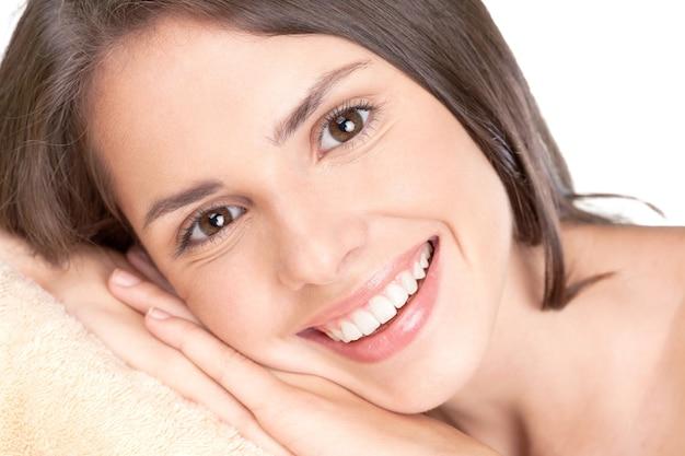 Schönes breites lächeln der jungen frischen frau mit großen gesunden weißen zähnen.