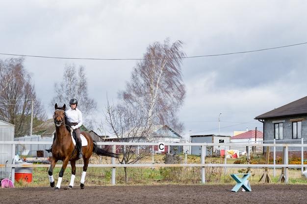 Schönes brünettes cowgirl mit ihrem pferd auf einem bergwegritt