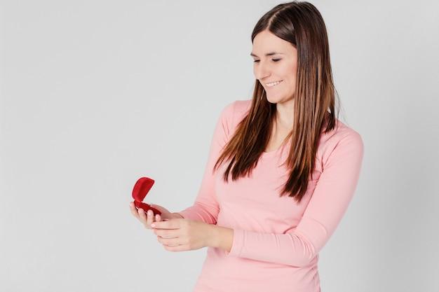 Schönes brunettemädchen glücklich empfing ringvorschlag, um zu heiraten