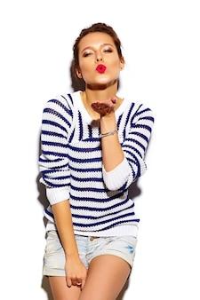 Schönes brunettemädchen mit den roten lippen auf weiß