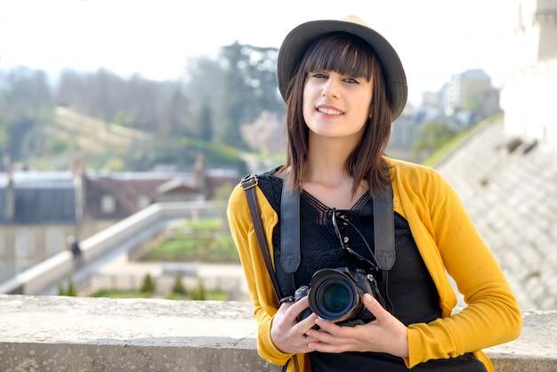Schönes brunettemädchen mit kamera französische stadt, pau besuchend