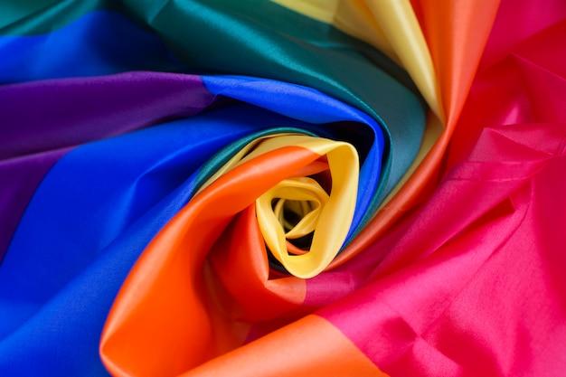 Schönes buntes gewebe rollte in der mitte, die eine rose bildet.