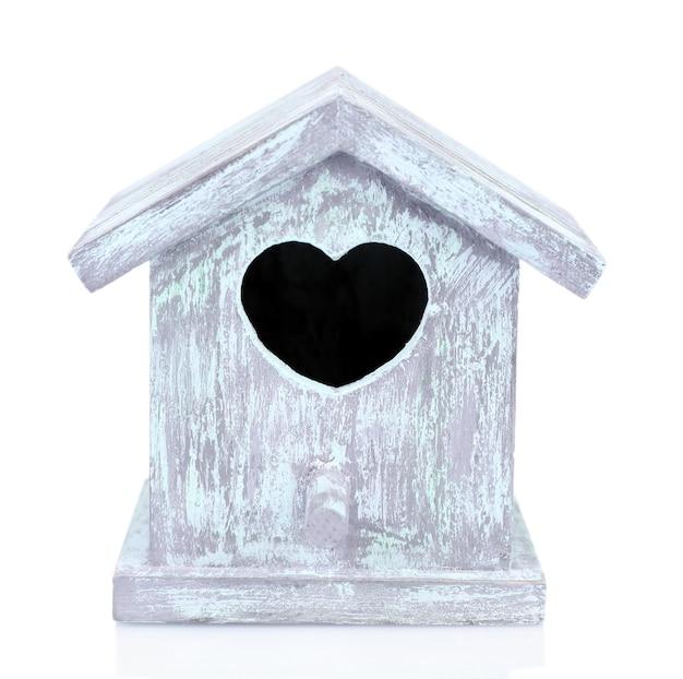 Schönes dekoratives kleines vogelhaus, isoliert auf weiß