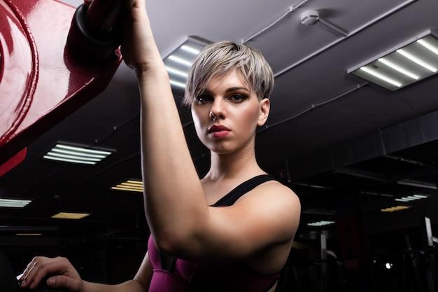 Schönes eignungsmodellmädchen, das sportkleidung trägt. frau im sportkonzept. porträt nahaufnahme