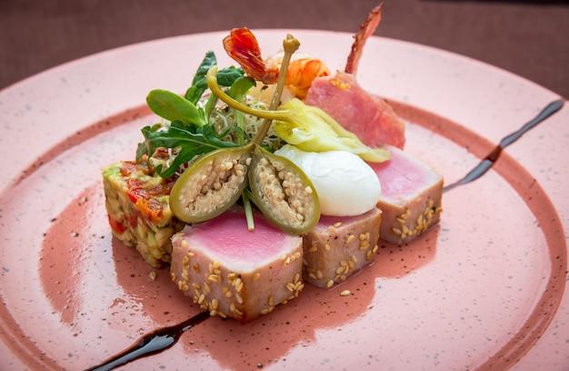 Schönes essen: steak thunfisch in sesam, limette und frischem salat nahaufnahme auf einem teller