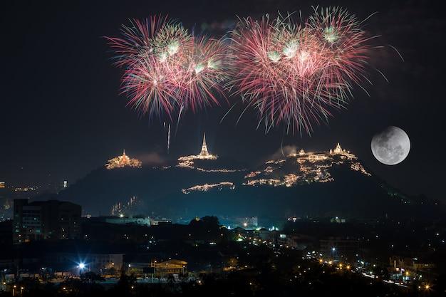 Schönes feuerwerk am berg zum feiern bei vollmondlicht