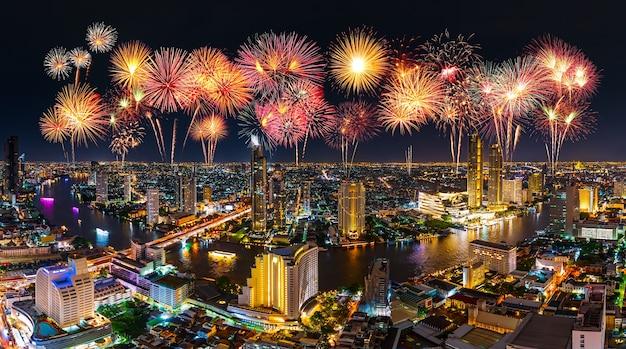 Schönes feuerwerk, das über chao phraya fluss in der stadt bangkok bei nacht feiert