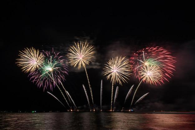 Schönes feuerwerk zum feiern über dem meer