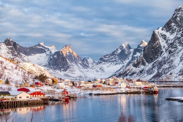 Schönes fischerdorf im schneetal auf winter