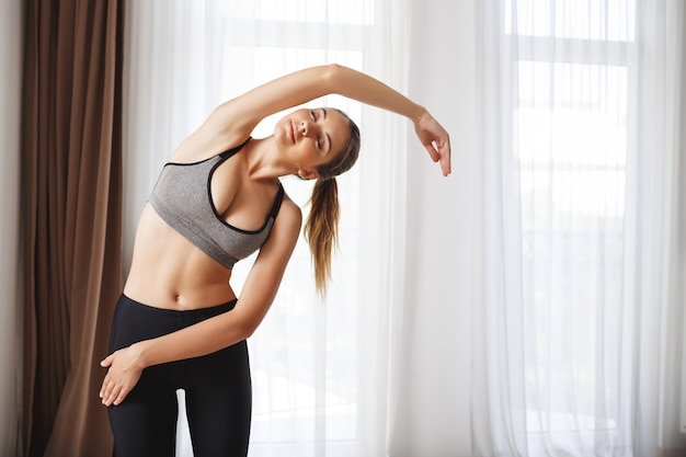 Schönes fitness-mädchen machen sportübungen