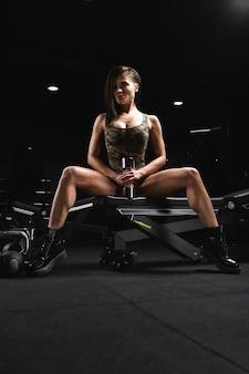 Schönes fitness-modell, das übungen macht und verschiedene kameras im fitnessstudio im fitnessstudio aufwirft. fitnessmotivation, körper positiv, kopienraum, schöner körper.