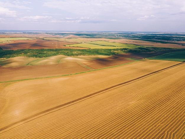 Schönes foto gemacht mit drohne von erstaunlichen erntefeldern in der landschaft, vogelperspektive.