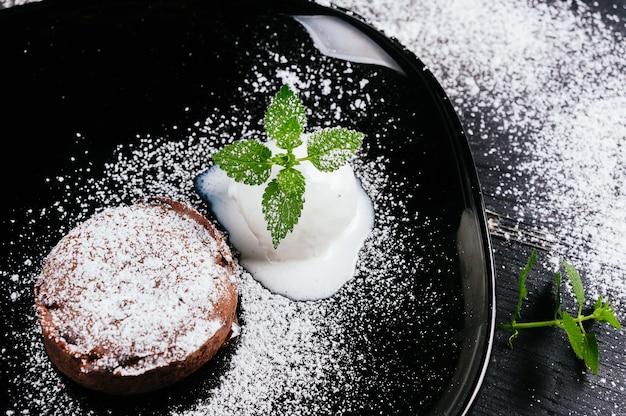 Schönes foto von einem dessert mit einem eis in der platte