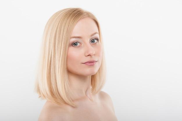 Schönes frauengesicht mit gesunder haut. junge blondine mit nacktem make-up. beauty fashion portrait mit natürlicher haut
