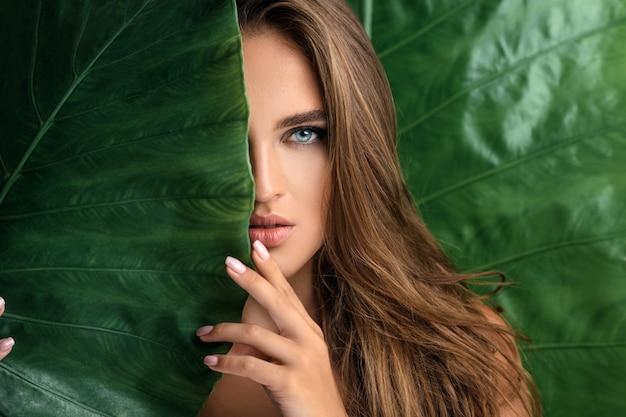 Schönes frauengesicht mit natürlichem nacktem make-up