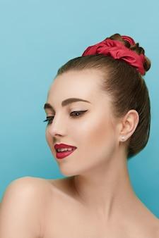 Schönes frauengesicht. perfektes make-up. schönheitsmode