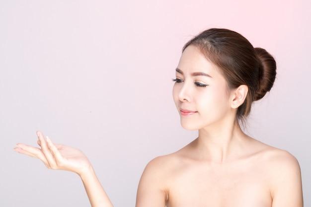 Schönes frauenporträt, hautpflege- oder schönheitskonzept