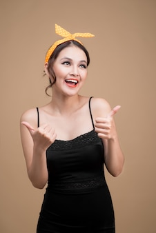 Schönes frauenporträt im pinup-stil. asiatische frau handgeste
