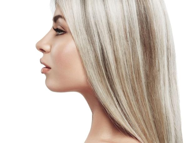 Schönes frauenporträtgesicht mit schönem blondem haarstudio auf weißem profil