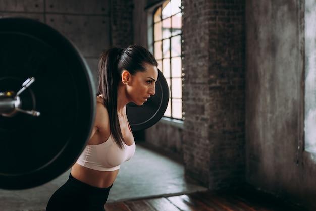Schönes frauentraining und funktionelles training im fitnessstudio