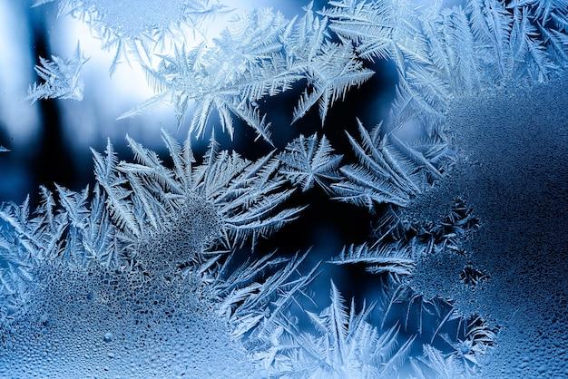 Schönes frostmuster auf einem fenster