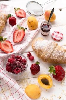 Schönes frühstück mit frischen früchten und hörnchen