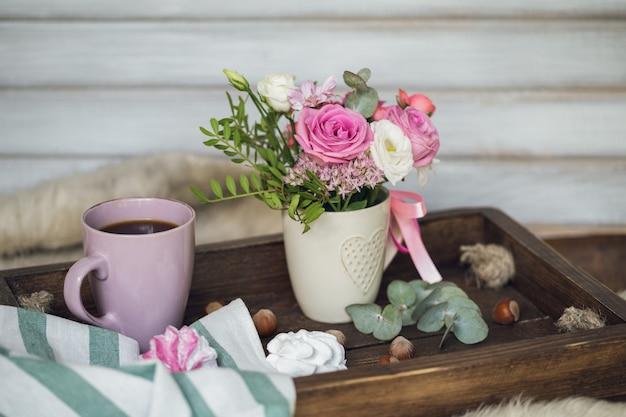 Schönes frühstück mit kaffee und marshmallows