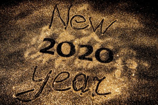 Schönes funkelndes goldenes 2020 auf schwarzem hintergrund