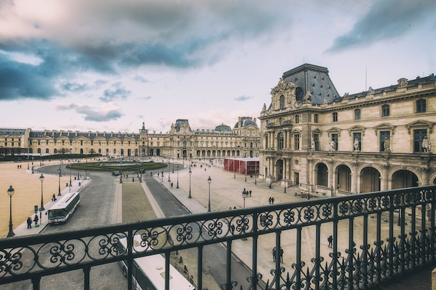 Schönes gebäude des louvre-palastes und in paris, frankreich