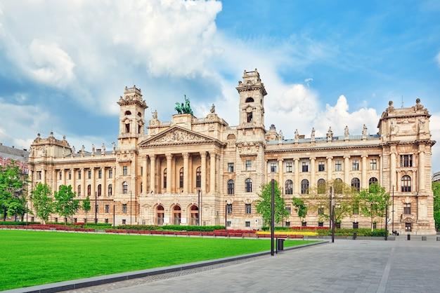 Schönes gebäude - ethnographisches museum, ist ein nationalmuseum in budapest, ungarn.